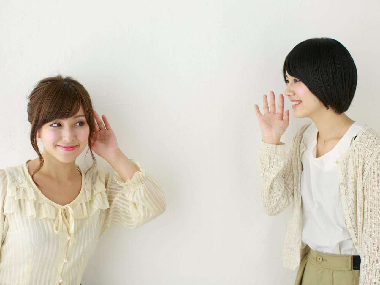 呼びかける女性と耳を傾ける女性