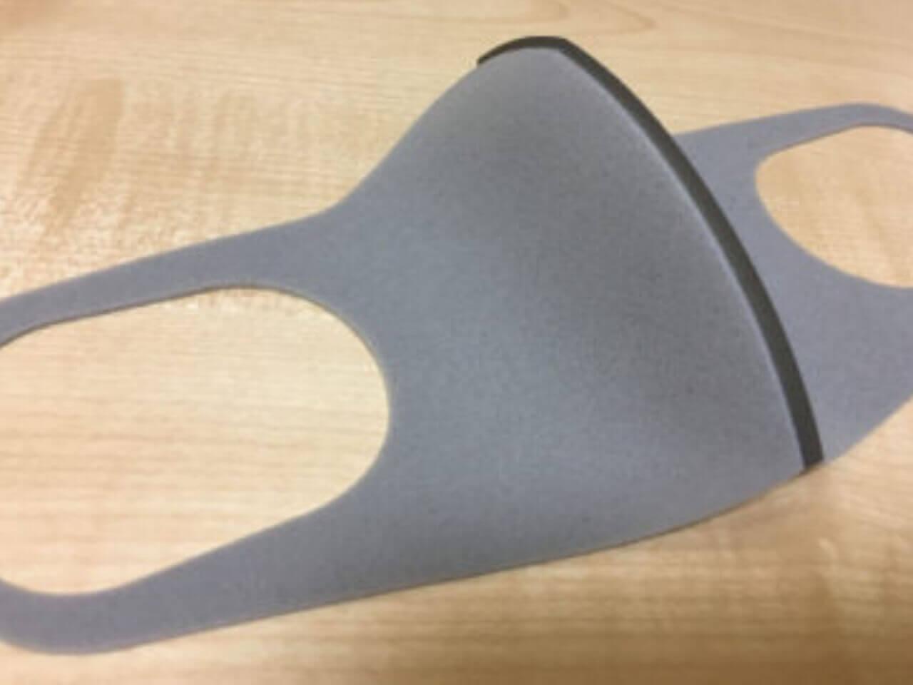 机に置かれたピッタマスクのグレー
