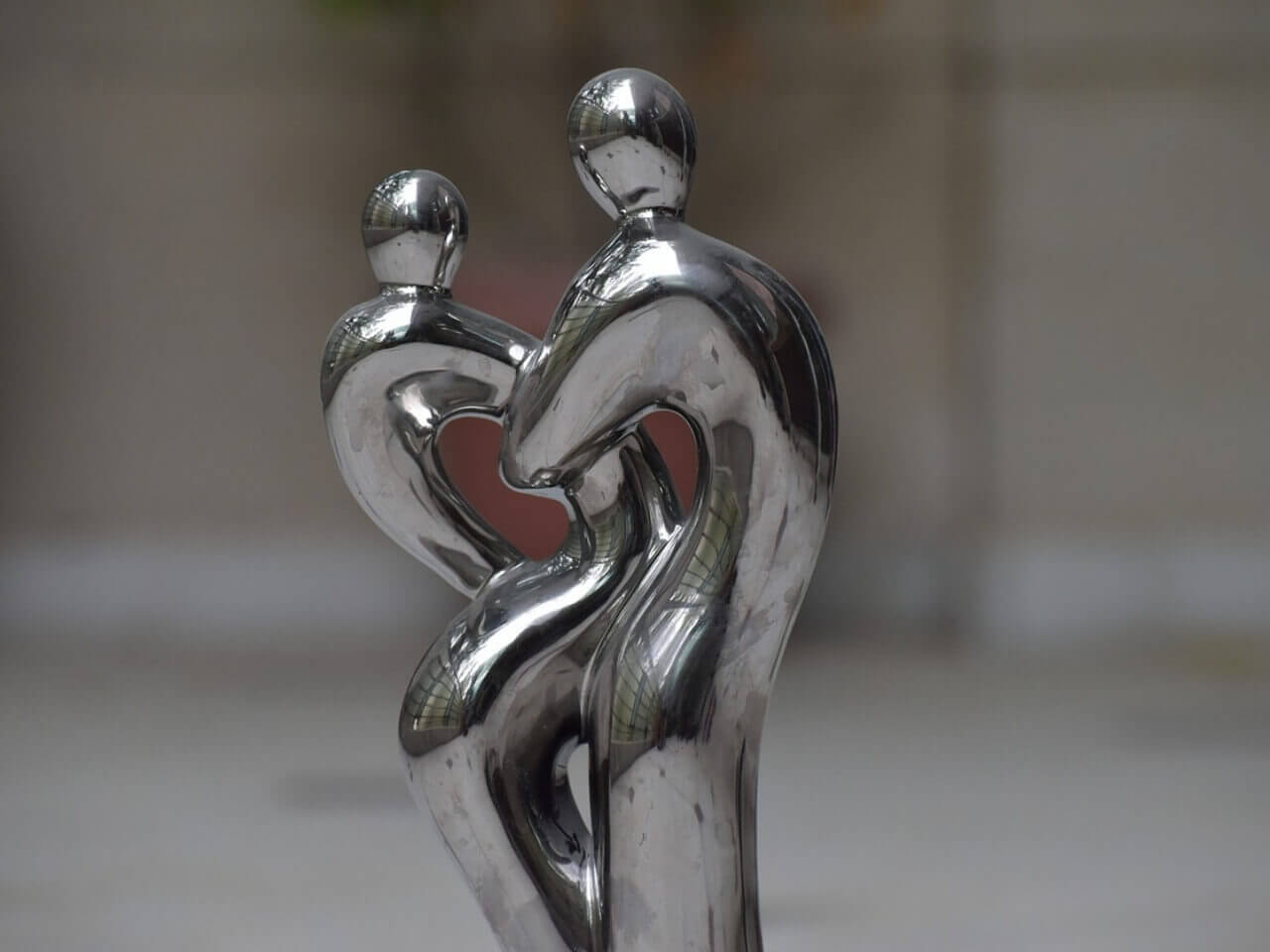 もつれ合う人の像