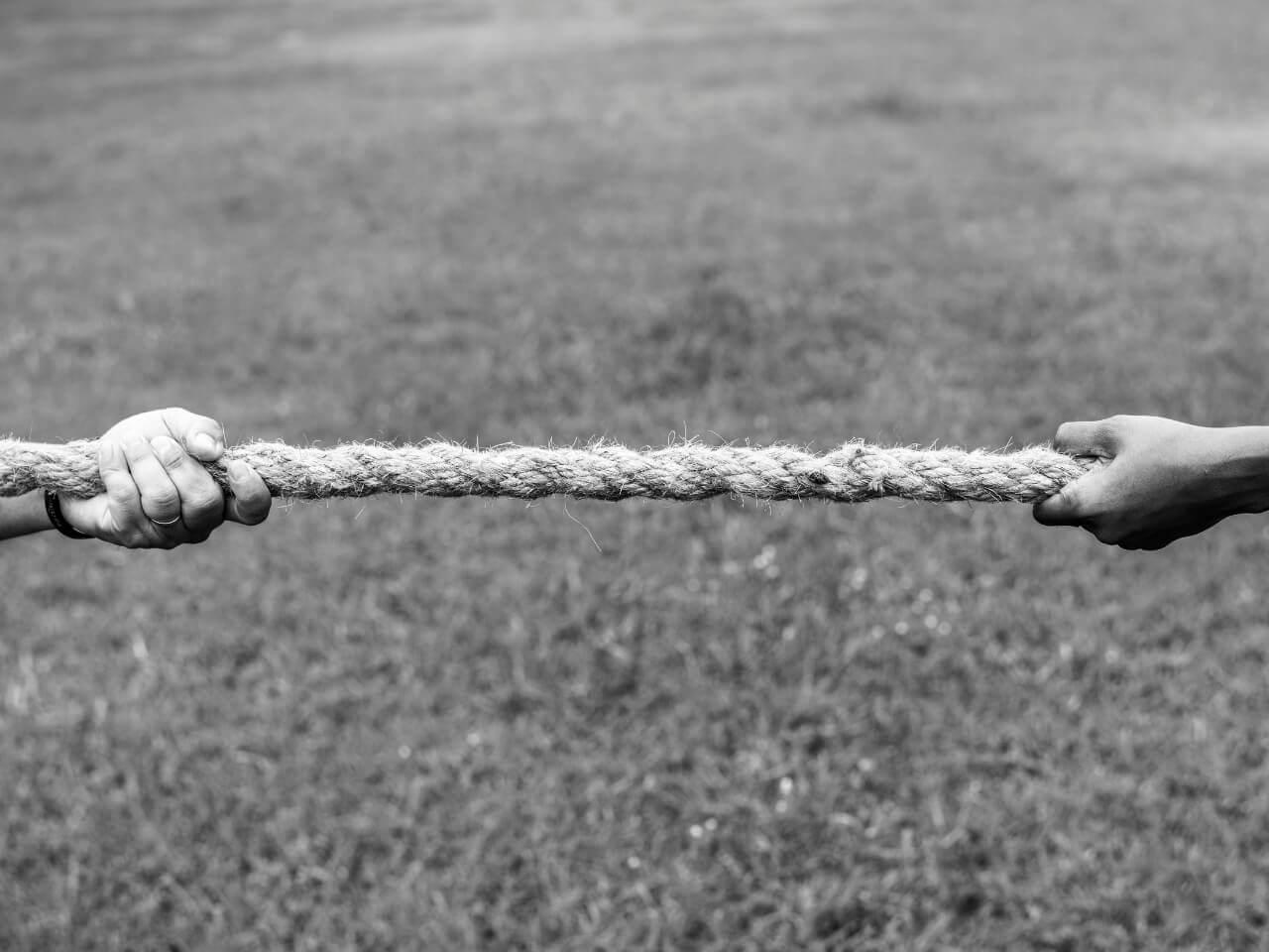 双方から綱引きする人たち