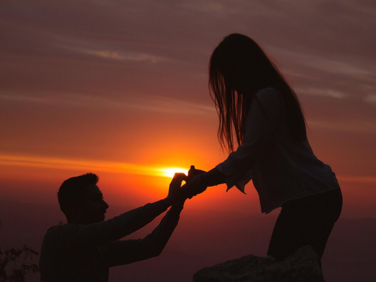 手をさしのべて救済する女性