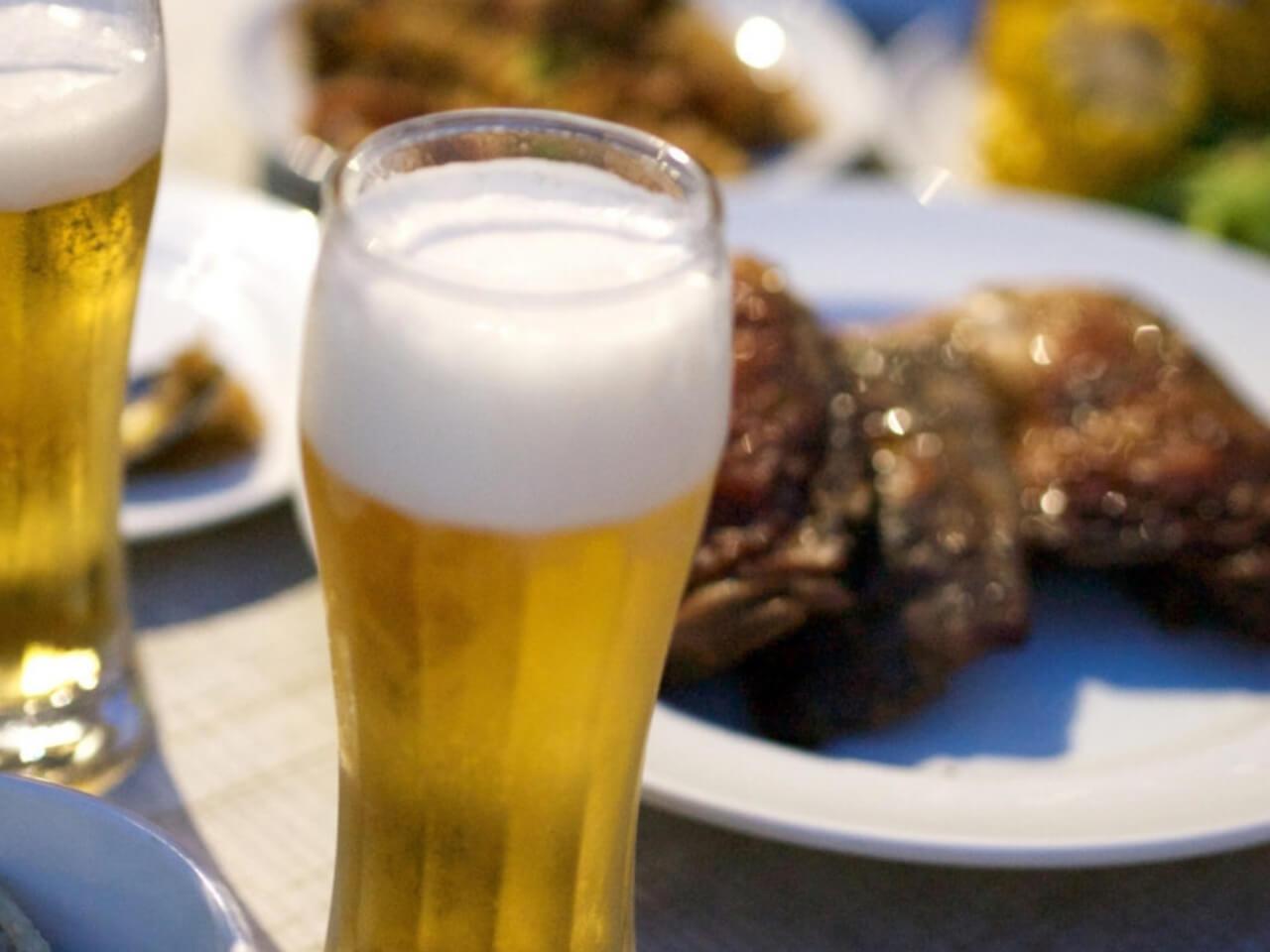 2つのビールとスペアリブの肉料理