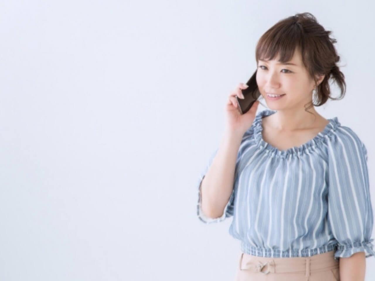 携帯電話で笑顔で話しをする女性