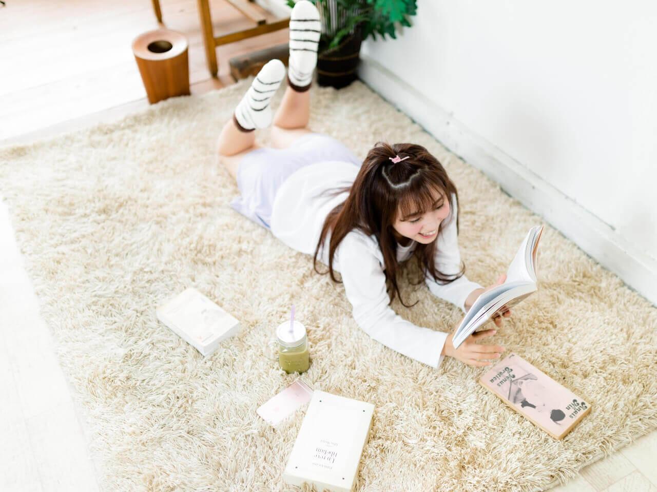 読書しながらリラックスする女性