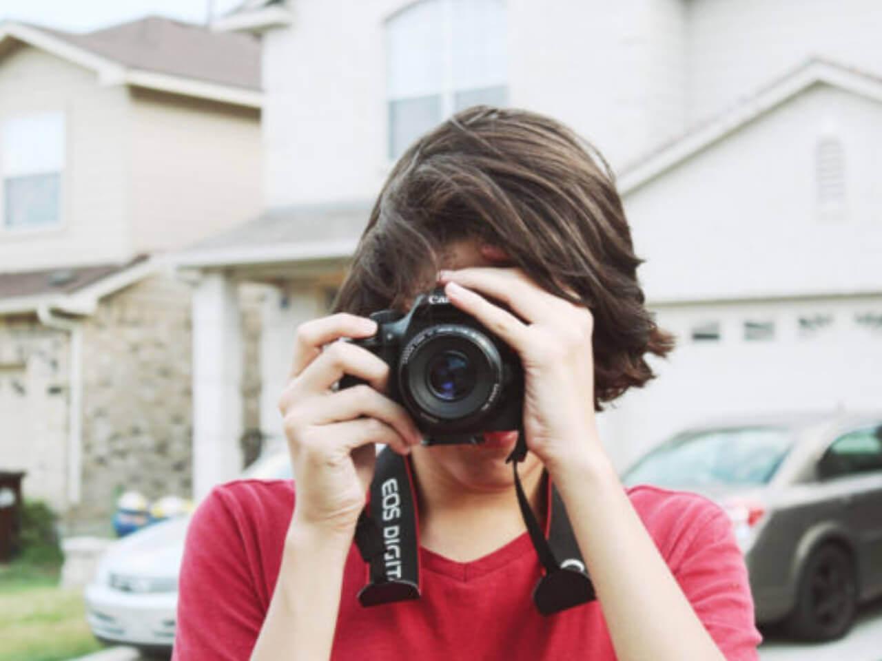 カメラで写真を撮影する若者
