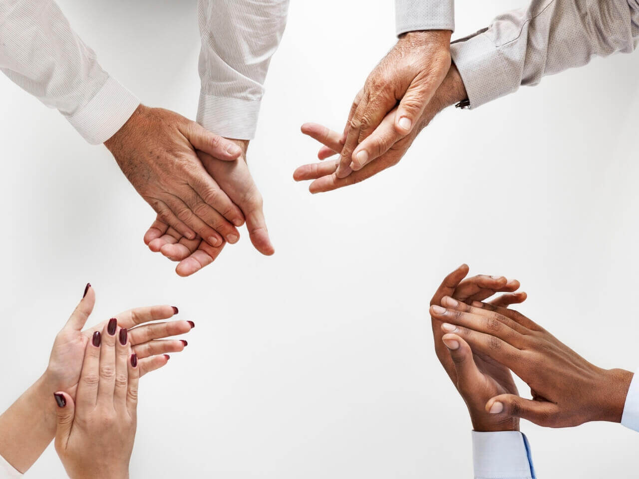 拍手する四人の手