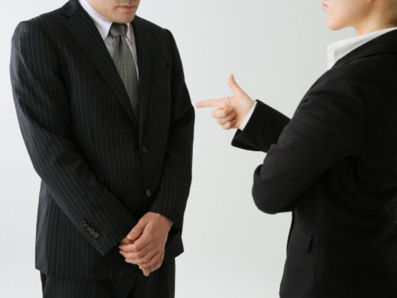 女性上司に叱られる男性