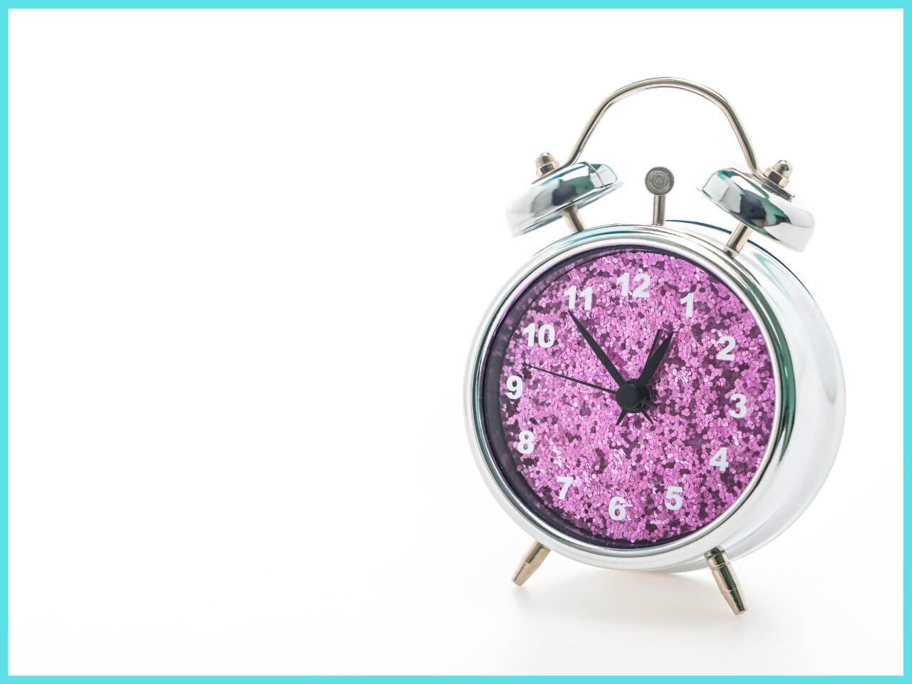 深夜0時54分をさす目覚まし時計