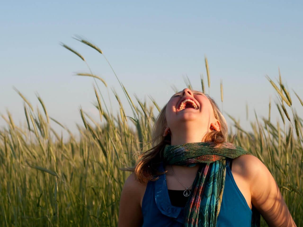 上を向いて大笑いする女性