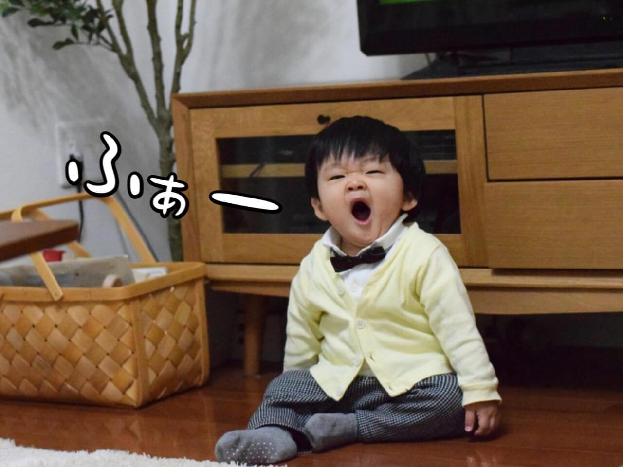 大きなあくびをする赤ちゃん