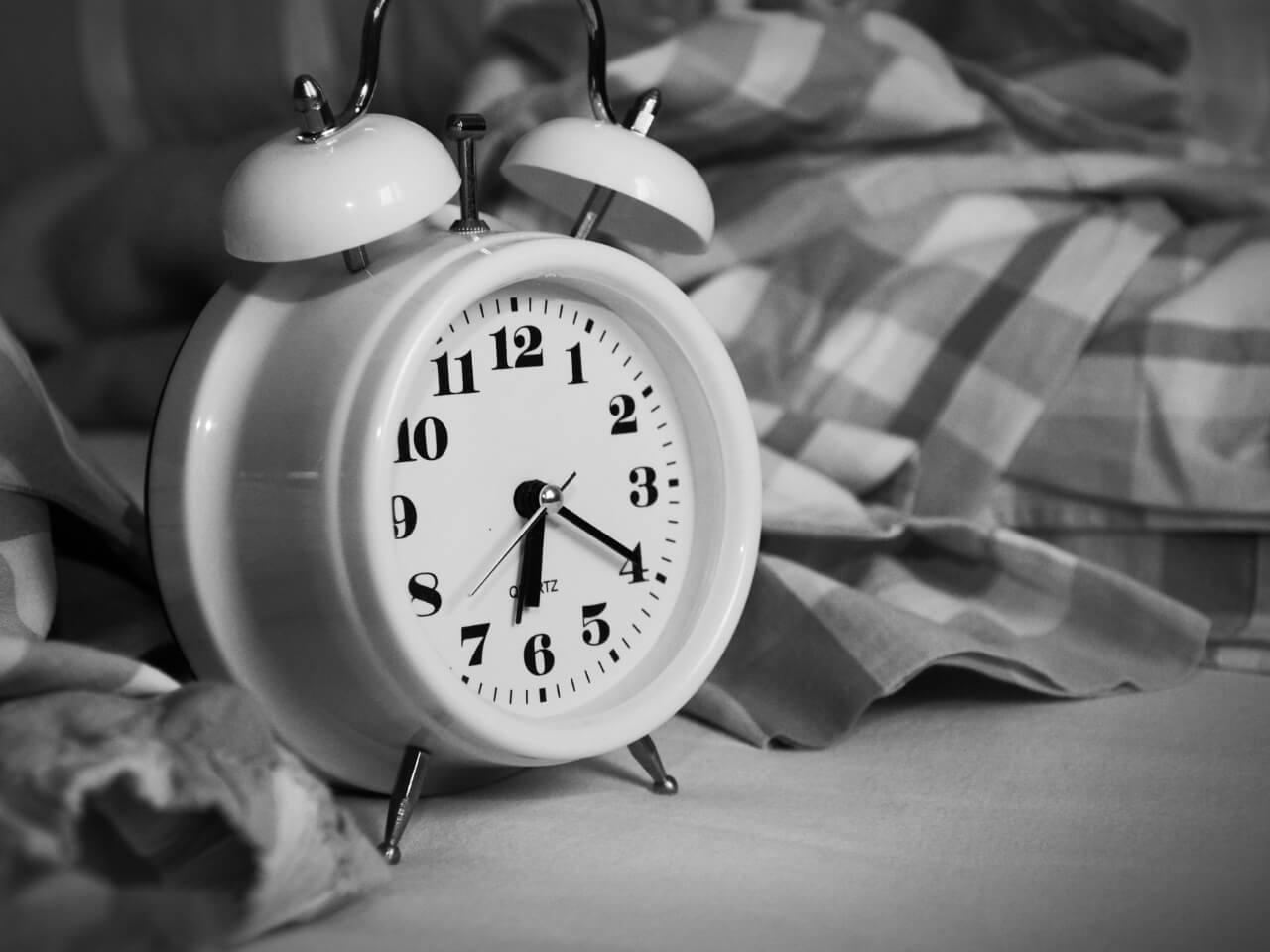 6時20分をさす目覚まし時計