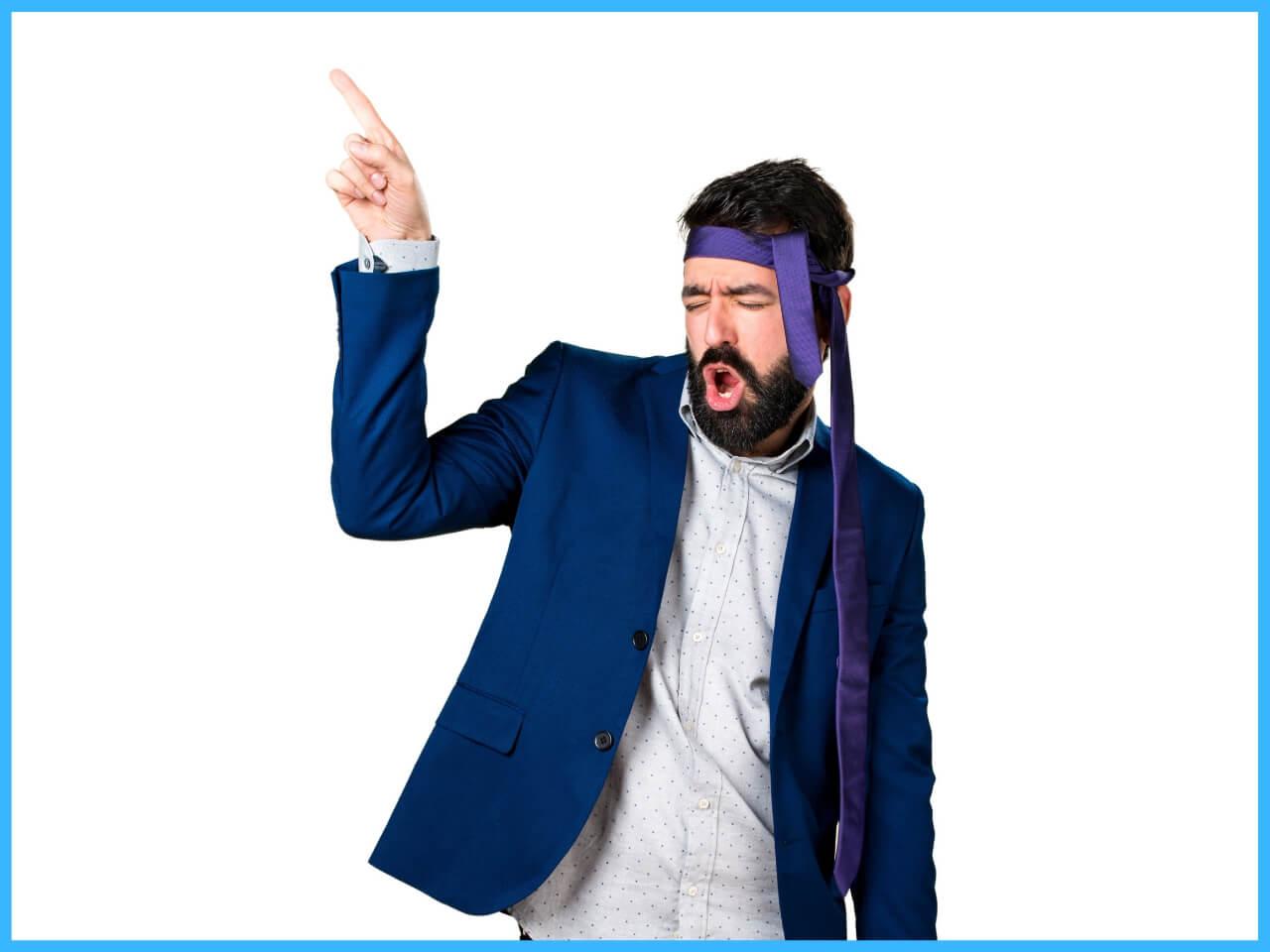 酔って額にネクタイを巻く男性