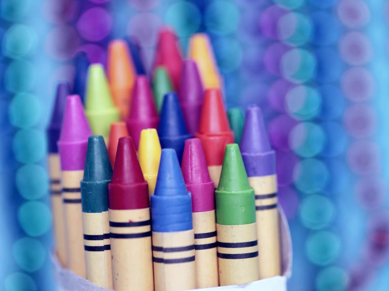 多くのクレヨンの中から自分の色を探す