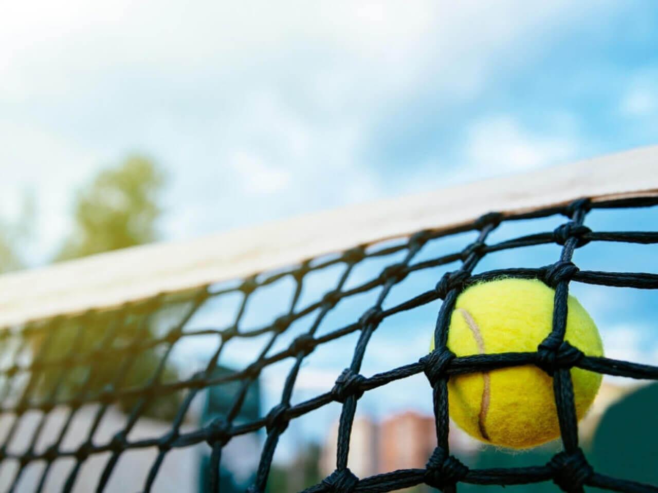 ネットにかかるテニスボール