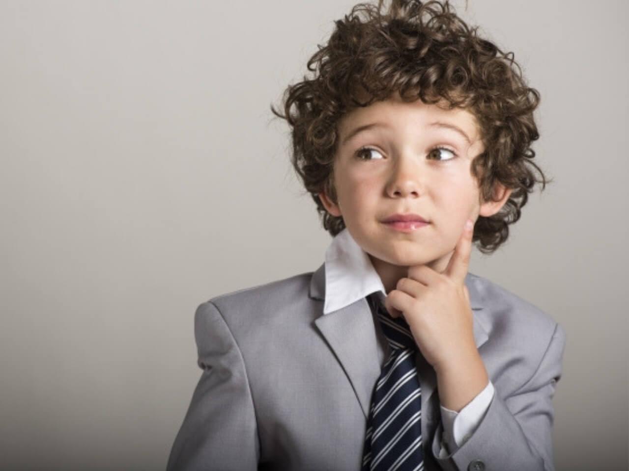 大人っぽい服装と雰囲気の少年