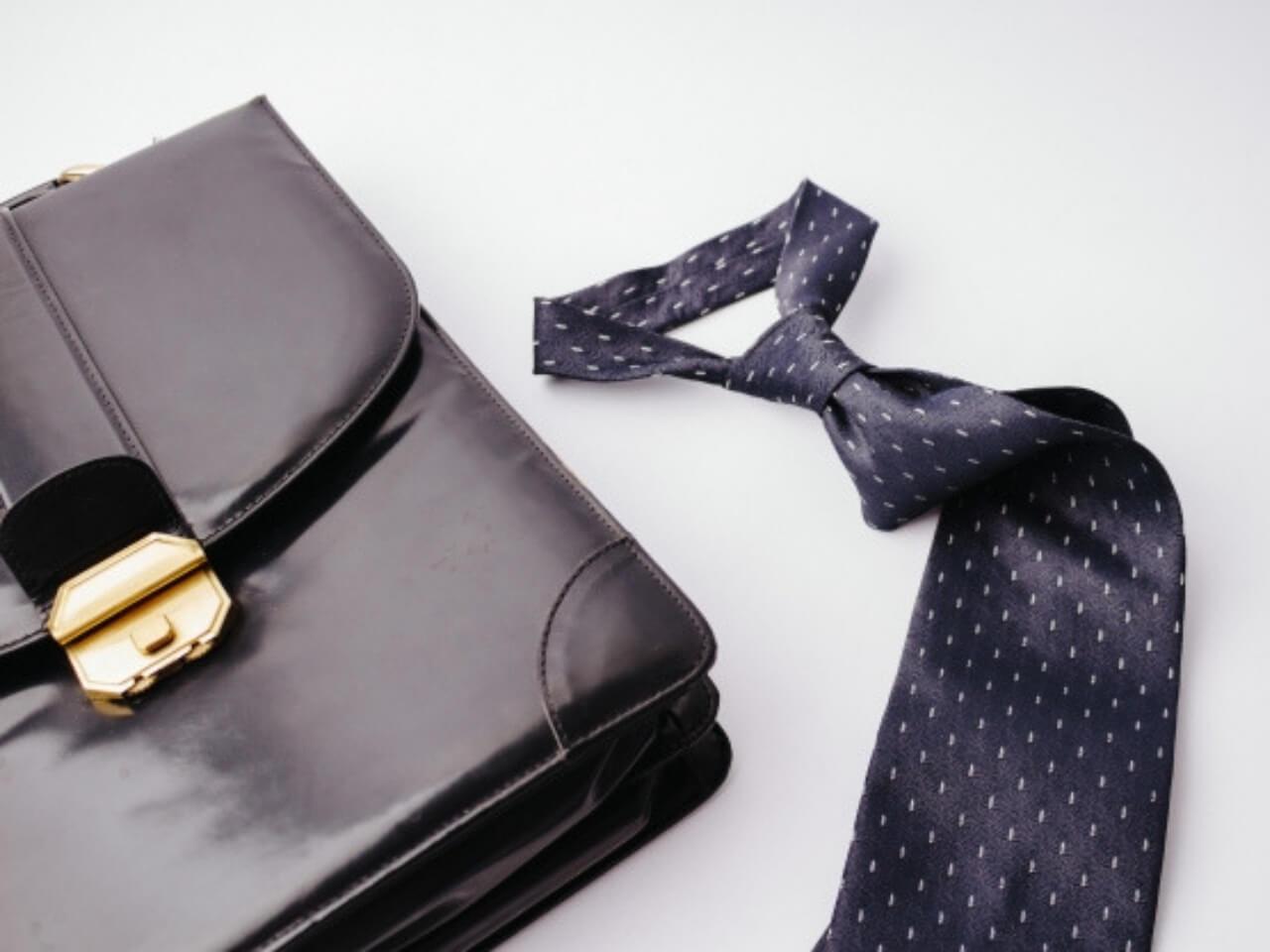 ネクタイとビジネスバッグ