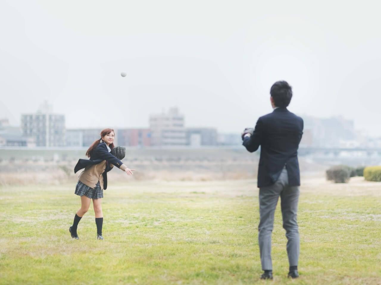 河川敷でキャッチボールする男女