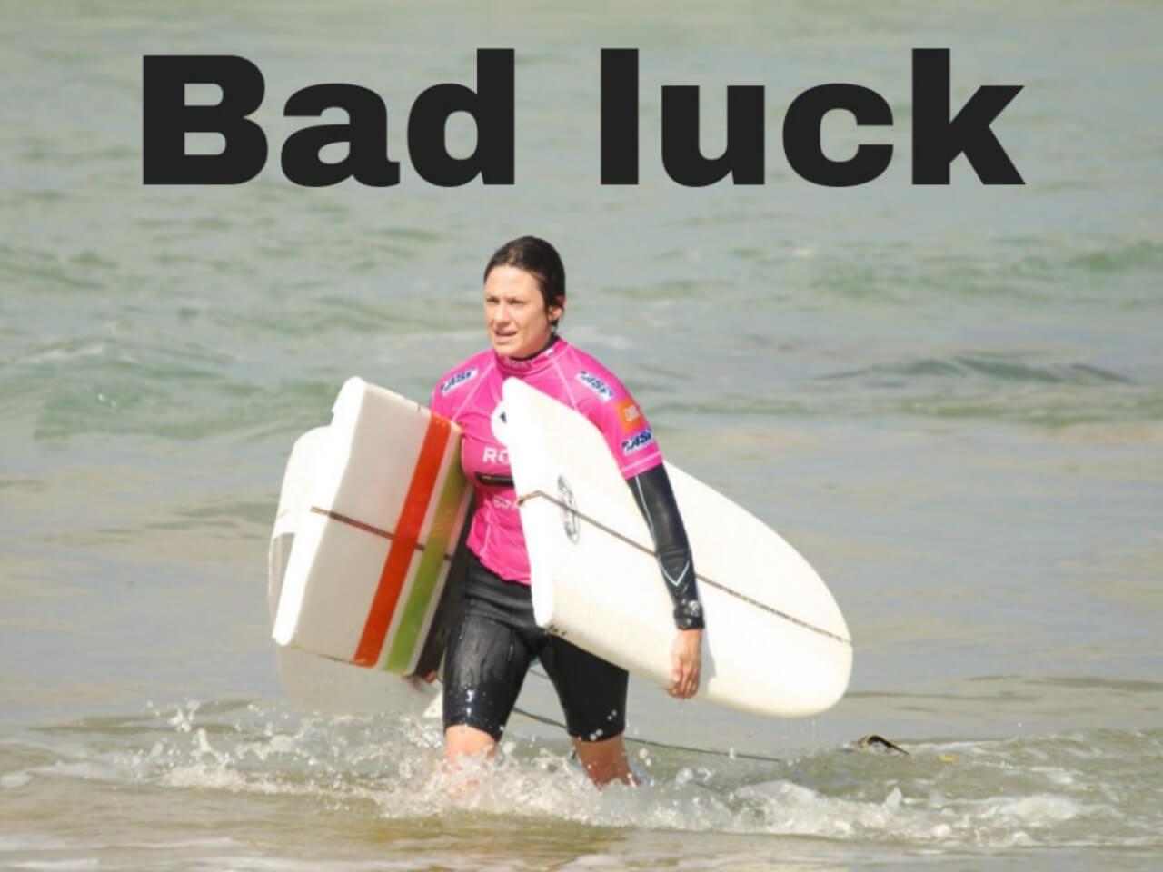サーフボードが割れてしまった運の悪い女性