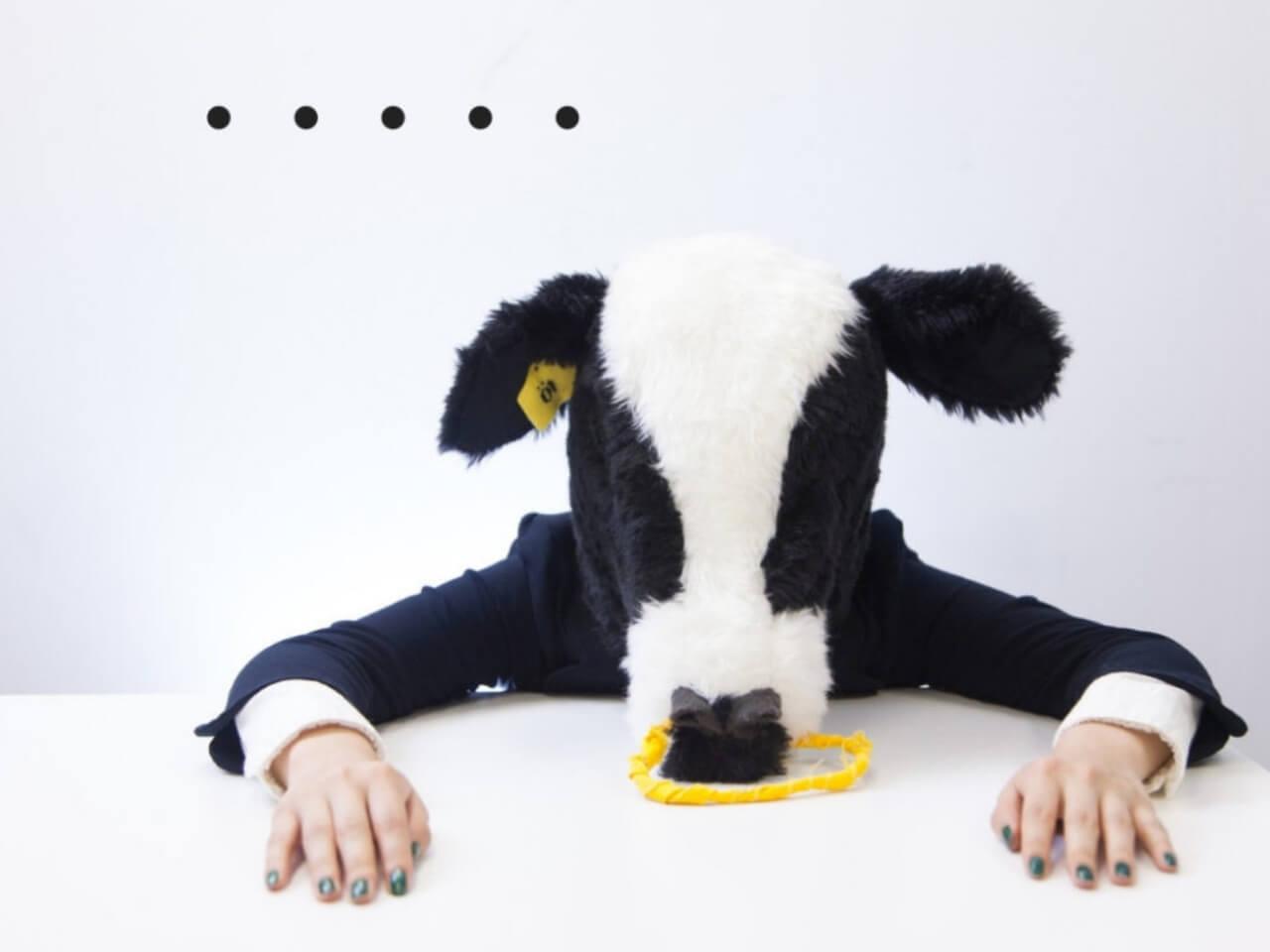 ぐったりと疲れた牛のマスクをかぶった女性