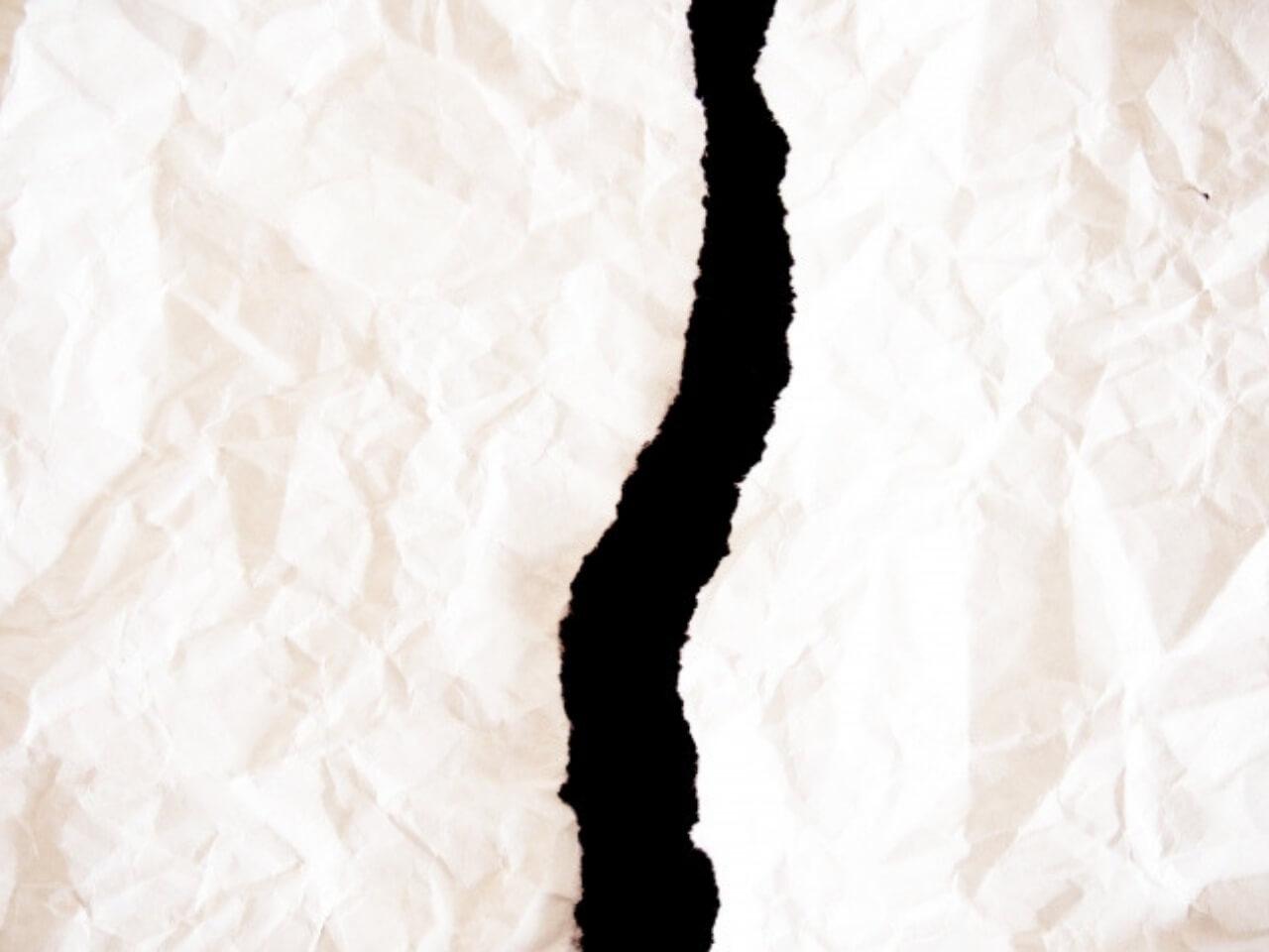 中央で破られた紙