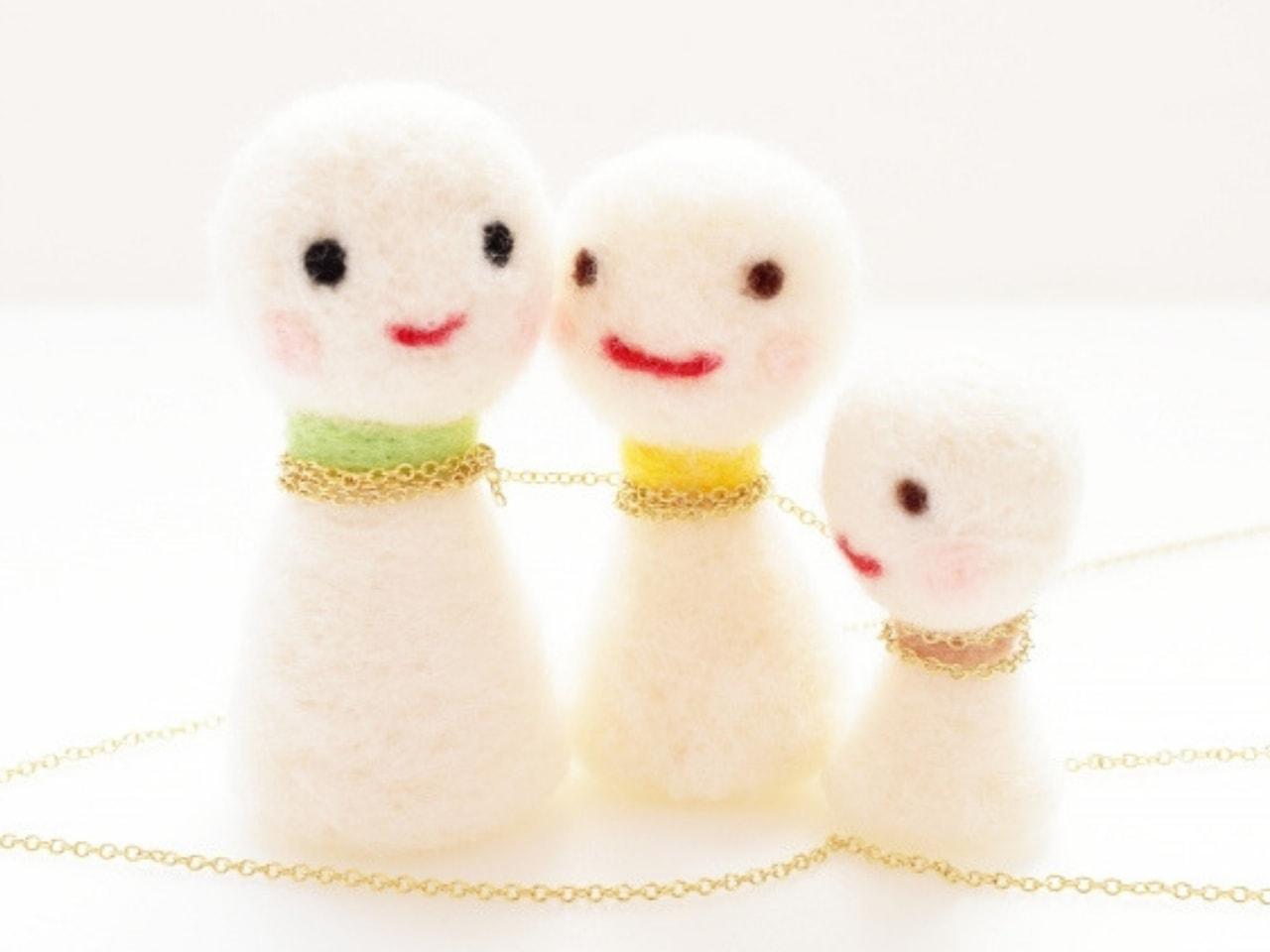 鎖でつながれた家族の人形