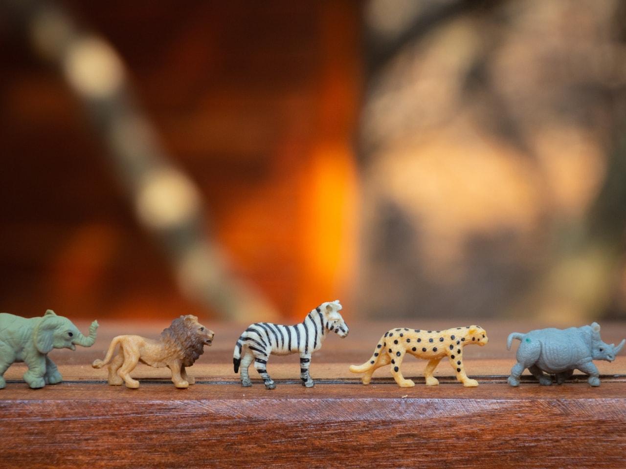 多様な動物の人形