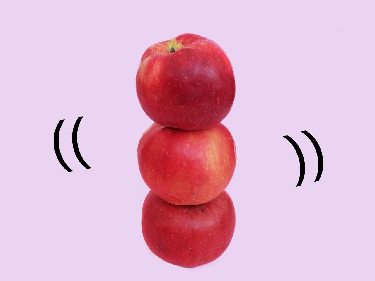 バランスを保つ積み重なった3つのリンゴ