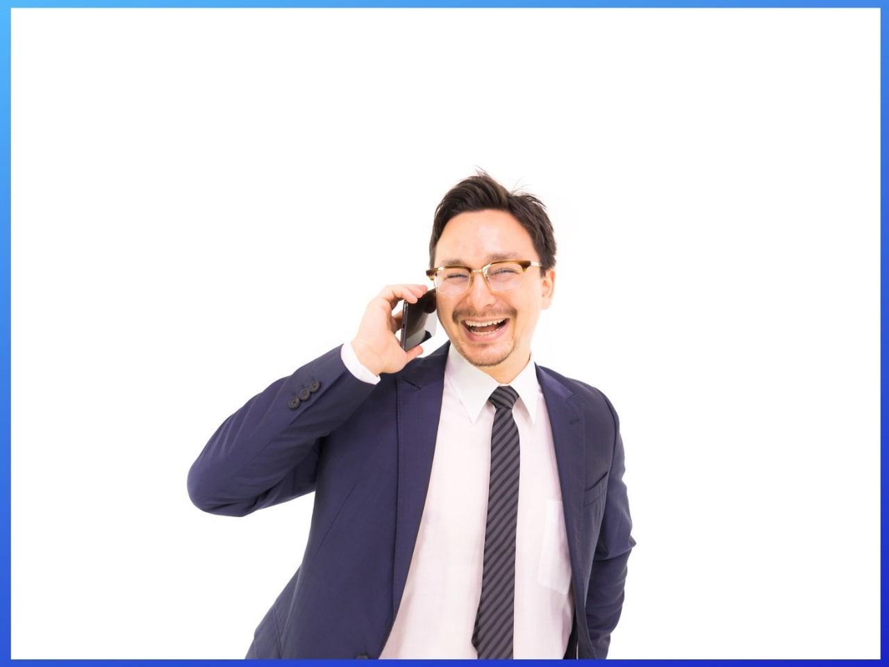 馴れ馴れしく電話で話す男性