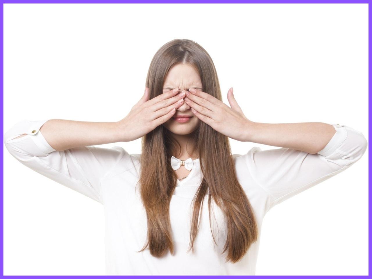 恥ずかしそうに目隠しする女性