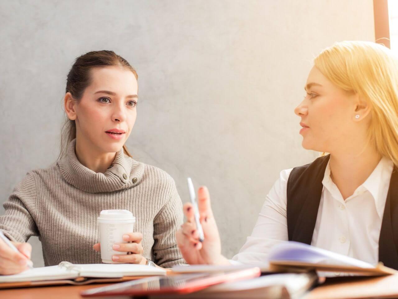 仕事中に報告を受ける女性