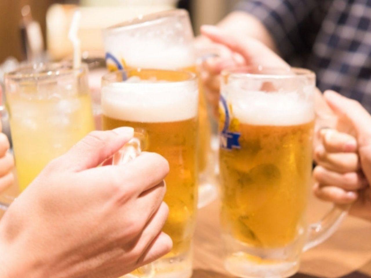 飲み会で乾杯をする人たち