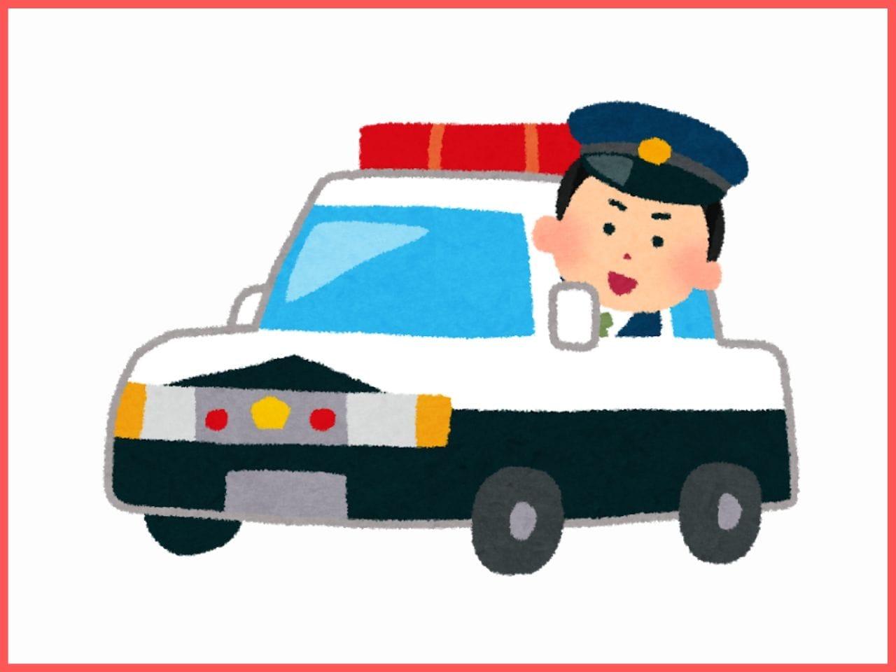 パトカーから顔を覗かせる警察官