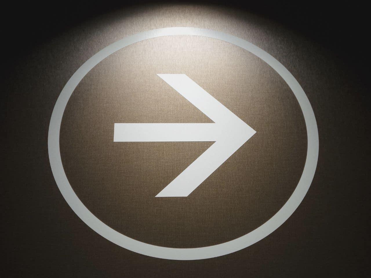 進めを示す矢印