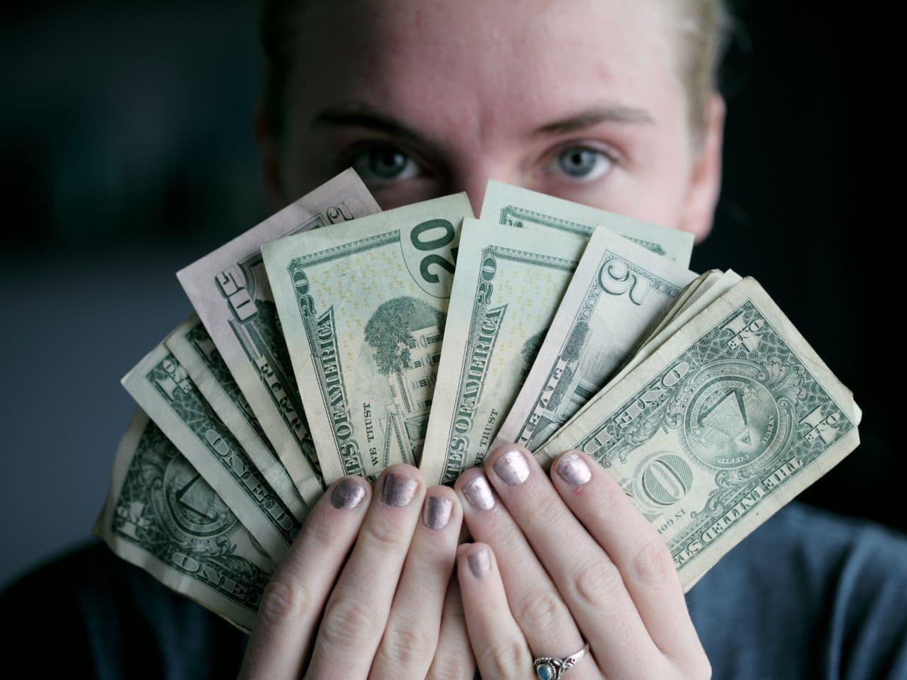 お金を持つ貪欲な女性