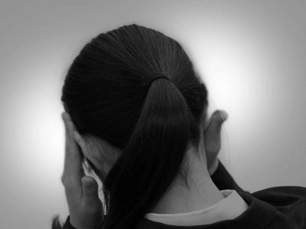 ストレスに悩む女性の後ろ姿