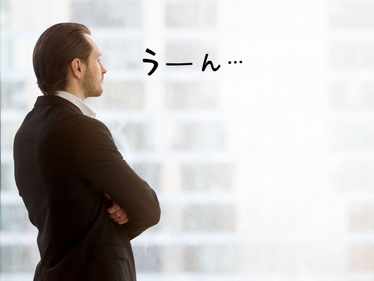 外を見ながら考えている男性