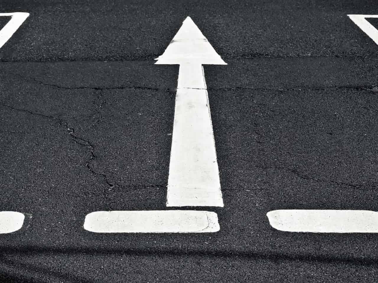 直進を示す道路表示