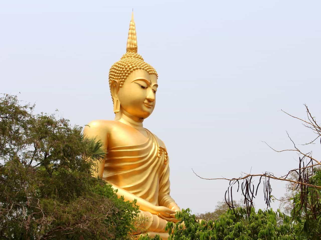 徳と能力の高そうな金色の仏像