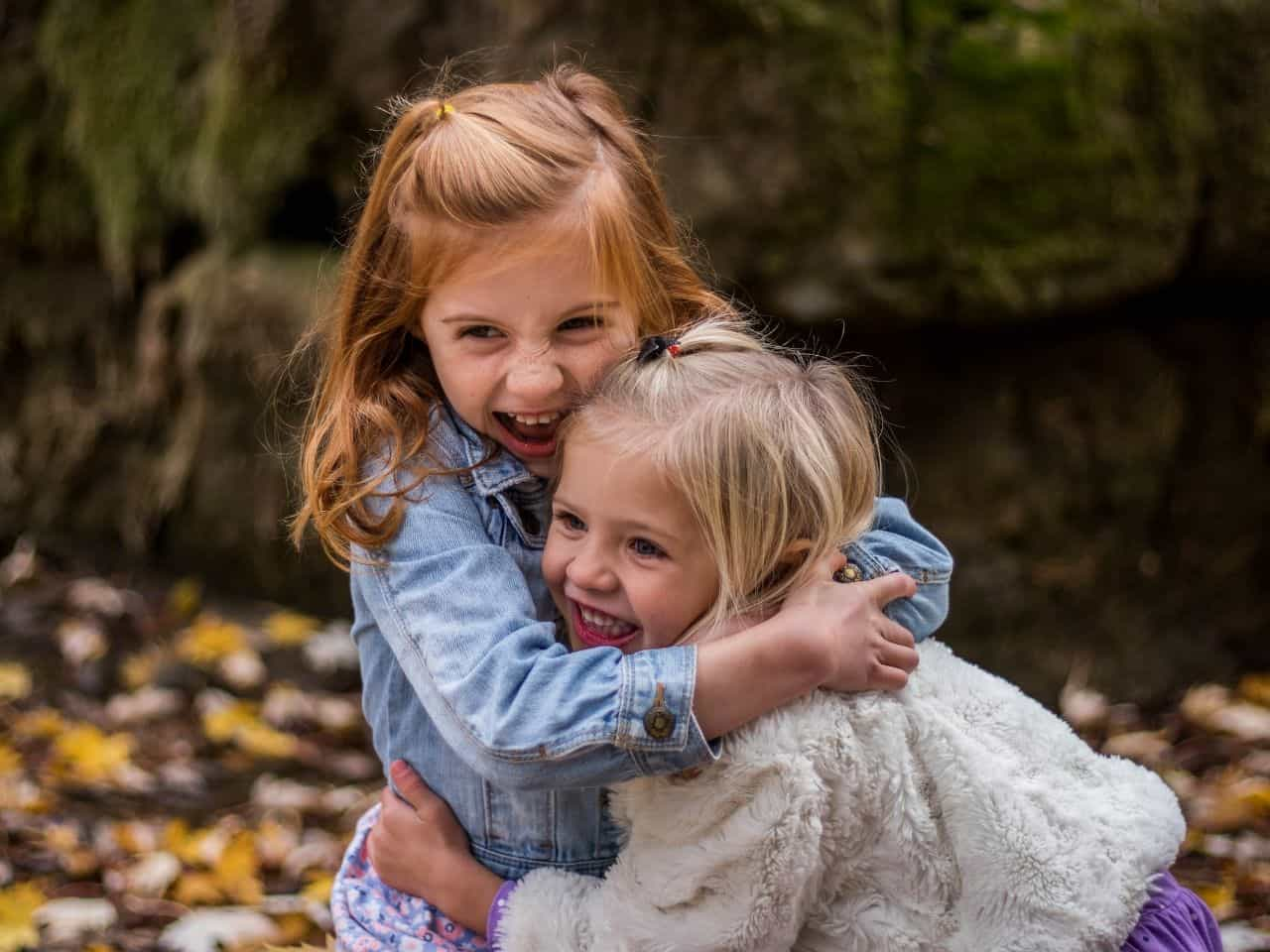 抱き合いながら他者を笑う二人の少女