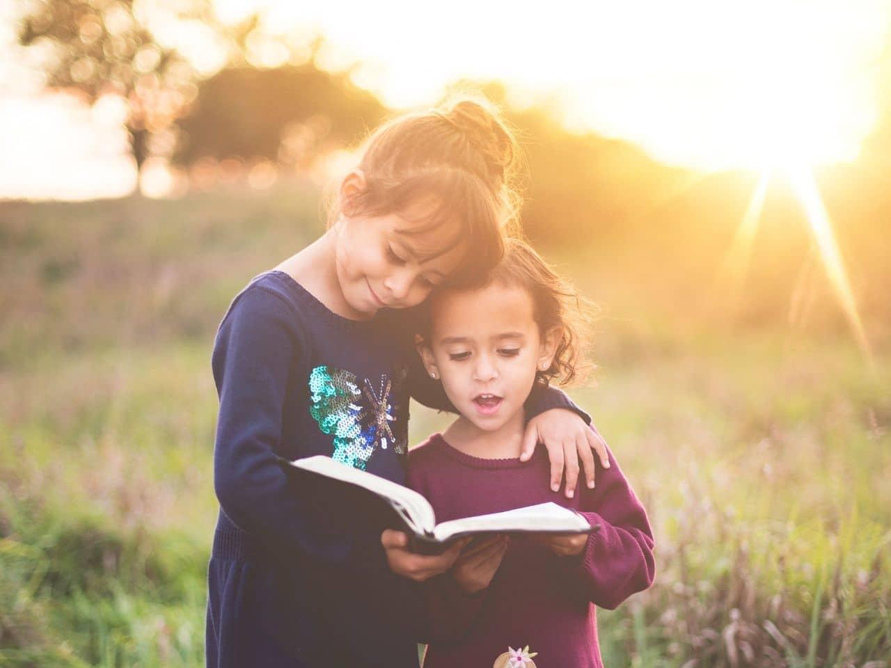 妹に本の内容を教える姉