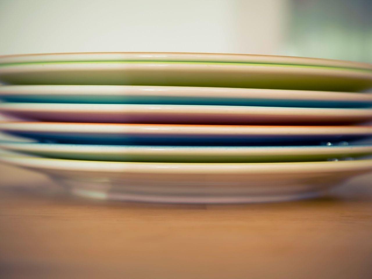 積み重ねられた皿