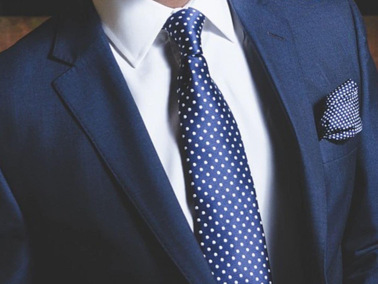公の場でスーツでキメる男性