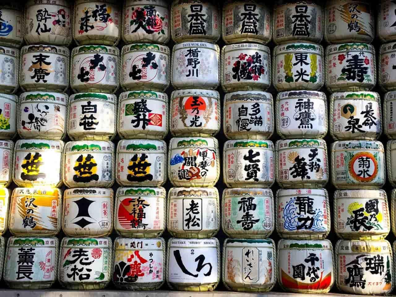 積み重ねられた日本酒の樽