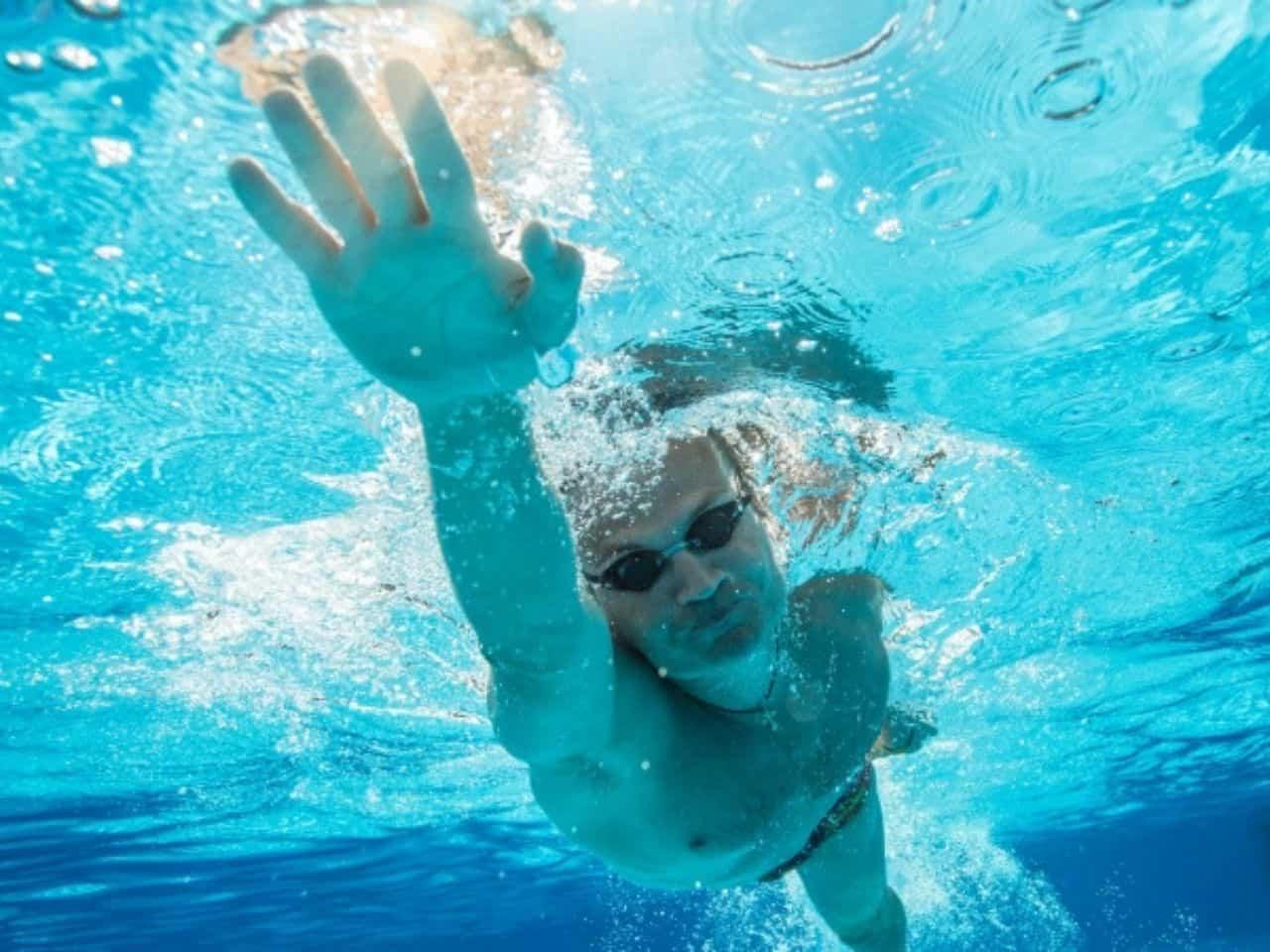 水泳でトレーニングをする人