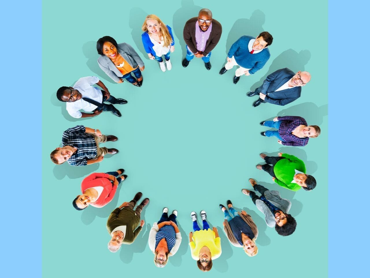 輪を作って並ぶ多様な人々