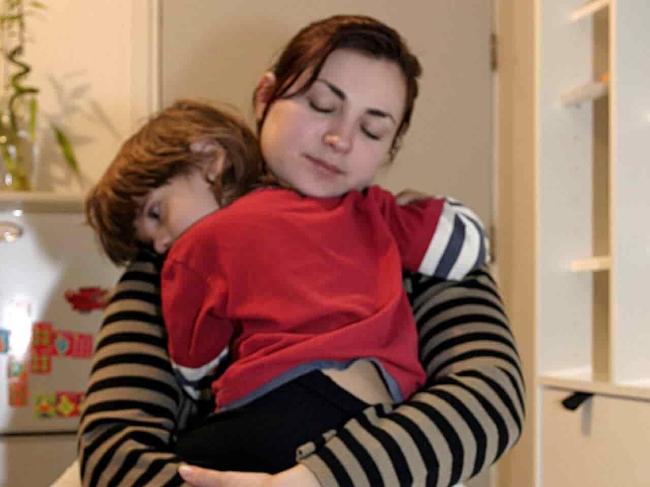 子供を抱きしめるお母さん