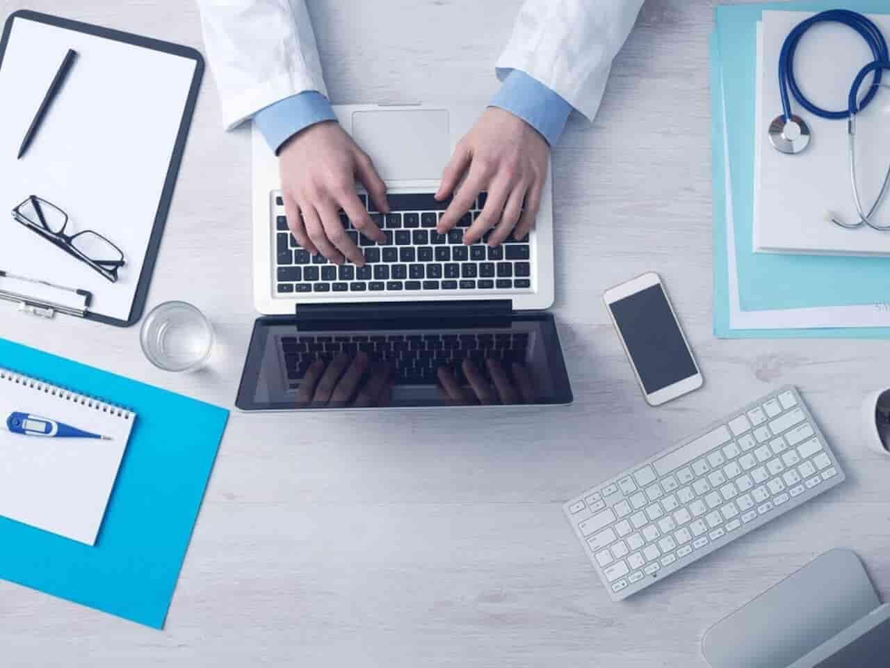 診察室で医師がパソコン入力