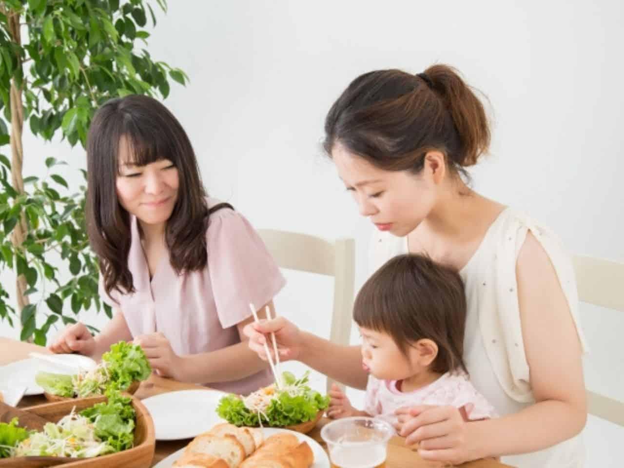 ゆっくりと食事をする親子