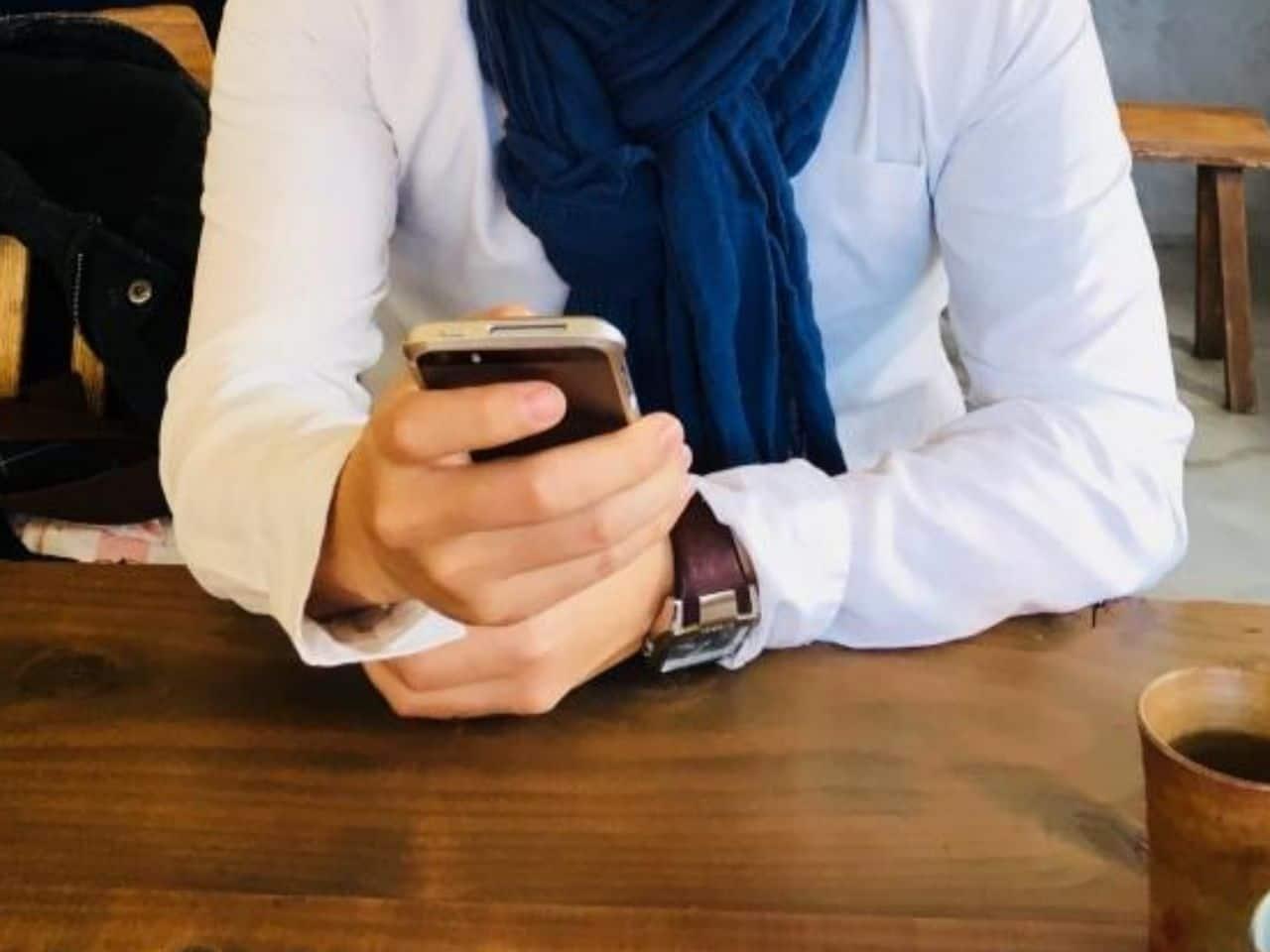 喫茶店でスマホばかりみている男性