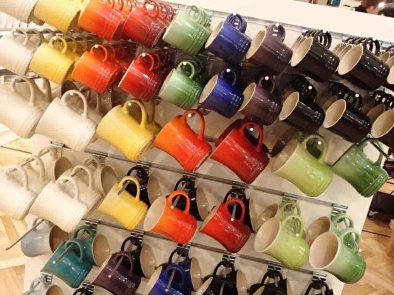 カラフルな色のマグカップ